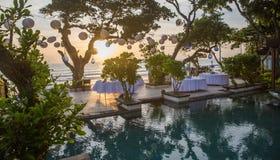 Estabelecido para uma refeição, um casamento ou um partido romântico na praia com l Foto de Stock Royalty Free