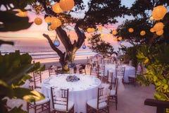 Estabelecido para uma refeição, um casamento ou um partido romântico na praia com l Imagem de Stock
