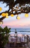 Estabelecido para uma refeição, um casamento ou um partido romântico na praia com l Imagens de Stock