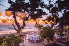Estabelecido para uma refeição, um casamento ou um partido romântico na praia com l Fotografia de Stock Royalty Free