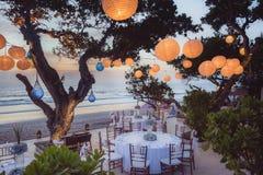 Estabelecido para uma refeição, um casamento ou um partido romântico na praia com l Imagens de Stock Royalty Free