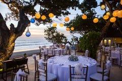 Estabelecido para uma refeição, um casamento ou um partido romântico na praia com l Fotografia de Stock