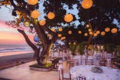Estabelecido para uma refeição, um casamento ou um partido romântico na praia com l Imagem de Stock Royalty Free