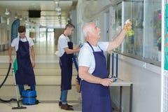 Estabelecimento de limpeza masculino da limpeza do pessoal fotografia de stock