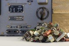 Estabilizador eléctrico retro con los transistores, resistores, backgraund de radio de madera de las piezas imagenes de archivo
