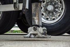 Estabilizador lateral prolongado da guiga do caminhão Apoio ao guindaste telescópico móvel foto de stock royalty free