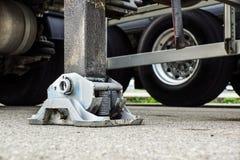 Estabilizador lateral prolongado da guiga do caminhão Apoio ao guindaste telescópico móvel fotografia de stock