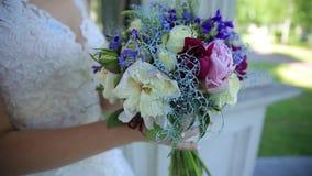 Estabilizador, ramalhete dos wildflowers na mão do ` s da noiva video estoque