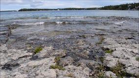Estableciendo el tiro - la orilla de la orilla del lago Huron cerca de Tobermory en Bruce Peninsula Ontario Canada almacen de video