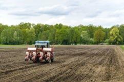Establecimiento de las semillas con el tractor Foto de archivo libre de regalías