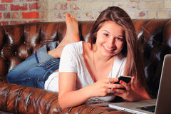 Establecimiento de una red adolescente favorable Fotografía de archivo libre de regalías