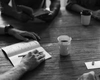 Establecimiento de una red de la mesa de reuniones que comparte concepto Fotos de archivo libres de regalías