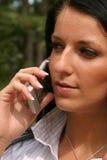 Establecimiento de una red de la mujer en el teléfono celular Imagen de archivo libre de regalías