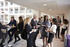 Establecimiento de una red de los delegados durante hora de la almuerzo de la conferencia imagen de archivo libre de regalías