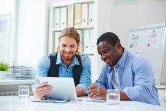 Establecimiento de una red de los hombres de negocios Imagen de archivo