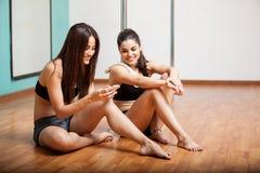 Establecimiento de una red del social de los bailarines de poste Fotos de archivo libres de regalías