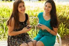 Establecimiento de una red feliz del social de las adolescencias Imagen de archivo libre de regalías