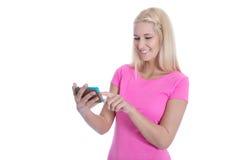 Establecimiento de una red: mujer joven que charla con sus amigos - aislados Fotografía de archivo