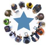Establecimiento de una red social de la gente multiétnica alrededor de la mesa de reuniones Imagenes de archivo