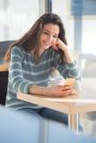 Establecimiento de una red social de la mujer alegre en la barra Imagenes de archivo