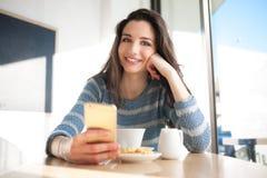 Establecimiento de una red social de la mujer alegre en la barra Imagen de archivo