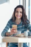 Establecimiento de una red social de la mujer alegre en la barra Foto de archivo libre de regalías