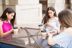 Establecimiento de una red social de los adolescentes en el café Fotos de archivo