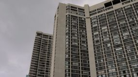 Establecimiento del tiro de un edificio alto de apartamentos típico almacen de metraje de vídeo