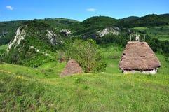 Establo de madera con el tejado cubierto con paja Foto de archivo libre de regalías
