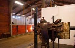 Establo ecuestre de Paddack del caballo de centro de la trayectoria de la silla de montar Imágenes de archivo libres de regalías