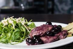 Estaca da carne com uvas e rucola Fotografia de Stock