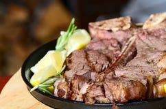 Estaca da carne de carneiro com um limão Imagens de Stock Royalty Free