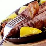 Estaca da carne de carneiro com um limão Fotografia de Stock Royalty Free