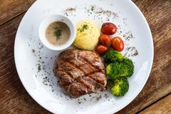 Estaca da carne de porco com vegetal foto de stock royalty free