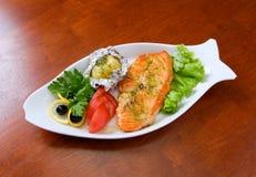 Estaca de um salmão com vegetais fotos de stock royalty free