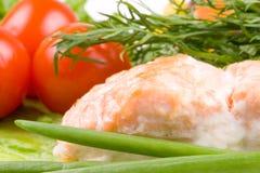 Estaca de um salmão com vegetais Fotografia de Stock