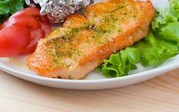 Estaca de um salmão com vegetais. Close up. Foto de Stock