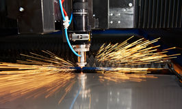 Estaca do laser da folha de metal com faíscas Fotografia de Stock Royalty Free