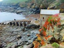 Estación abandonada en el lagarto, Cornualles del bote salvavidas fotos de archivo