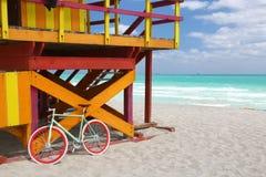 Estación agradable de la bici y del salvavidas en Miami Beach Foto de archivo