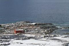 Estación antártica abandonada en una de las islas cerca del Antar Imagen de archivo libre de regalías