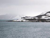 Estación antártica de Comandante Ferraz situada en la bahía del Ministerio de marina, rey George Island, cerca de la extremidad d Imágenes de archivo libres de regalías