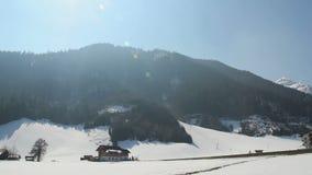 Estación baja en la estación de esquí popular en montañas, hoteles vacíos, pocos coches en el camino almacen de video