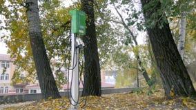 Estación de carga del coche eléctrico en el parque almacen de video