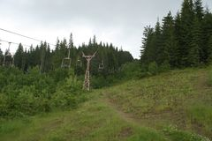 Estación de esquí abandonada cerca del lago Vidra fotos de archivo