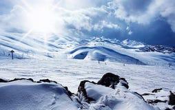 Estación de esquí de la montaña del invierno fotos de archivo