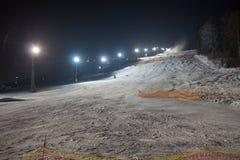 Estación de esquí de la pista en la noche Foto de archivo