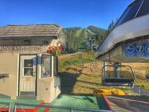 Estación de esquí de Sunpeaks, remonte en el verano imagenes de archivo