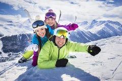 Estación de esquí divertida del invierno de la acción de la gente joven Fotos de archivo libres de regalías