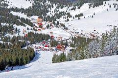 Estación de esquí en las montañas Foto de archivo libre de regalías